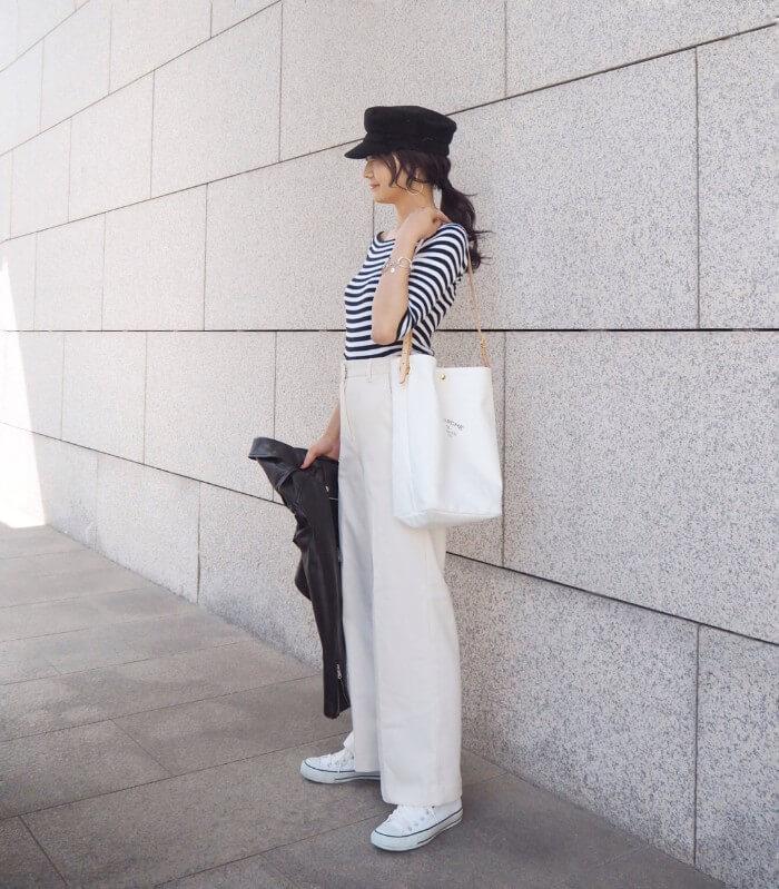 黒キャスケット×ボーダートップス×ホワイトワイドパンツの帽子コーデ画像