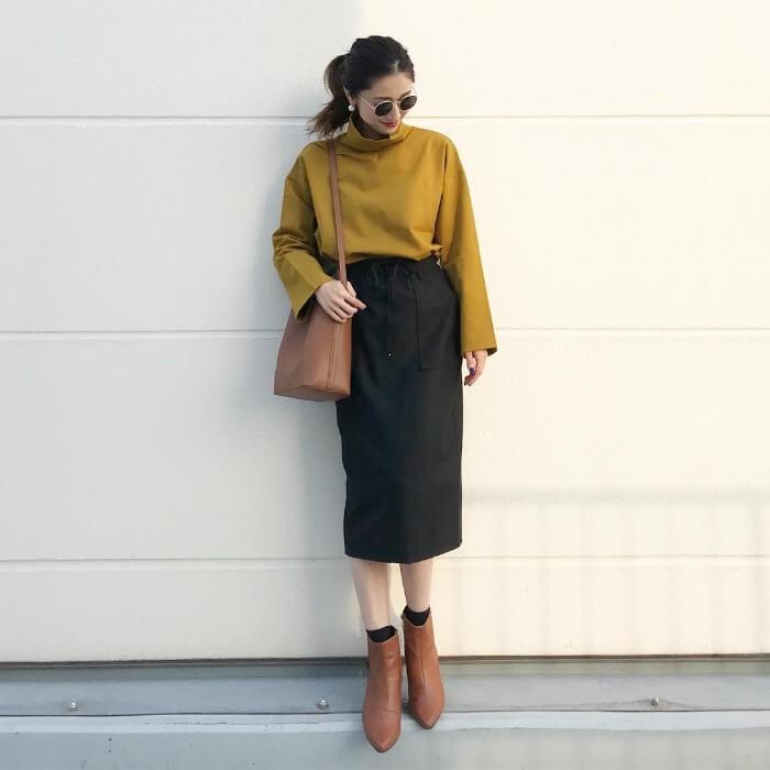 イエロー(黄)トップス×黒スカートのコーデ画像