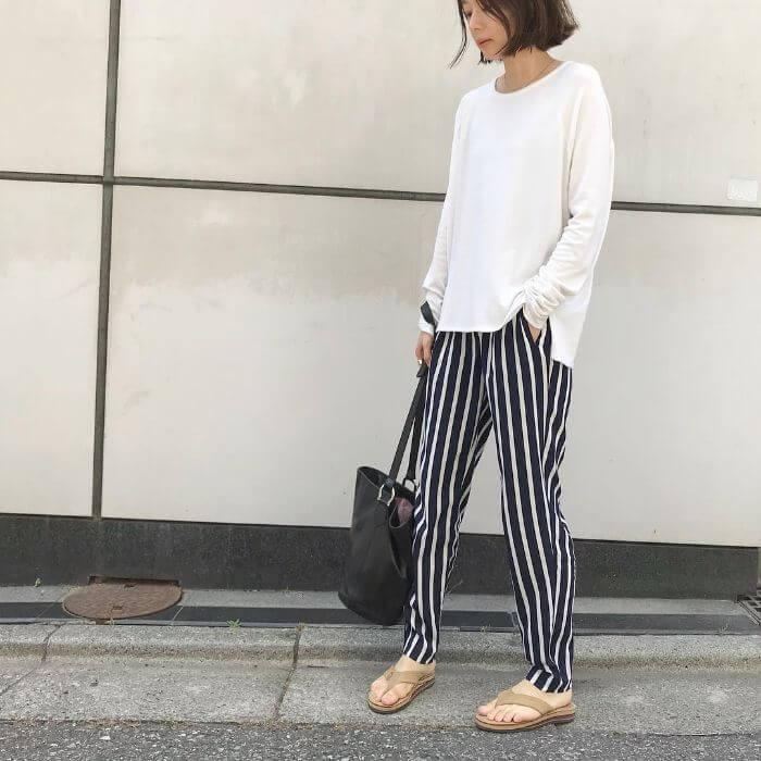白Tシャツ×ストライプパンツのコーデ画像