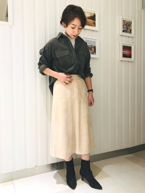 カーキコーデュロイシャツ×ベージュフレアスカートのコーデ画像