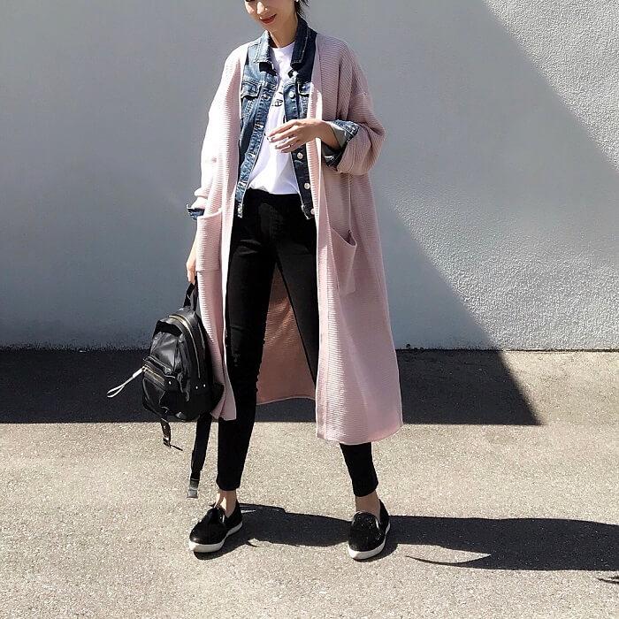 コーデ写真:くすみピンク色(ダスティピンク)のロングカーディガン×黒スキニーパンツの組み合わせ