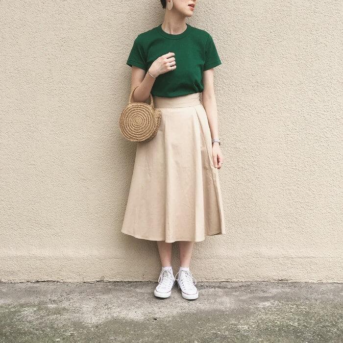 グリーンTシャツ×フレアスカート×白ハイカットコンバースのコーデ画像