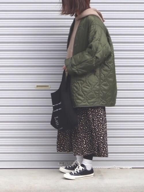 ミリタリージャケット×ベージュパーカーのコーデ画像