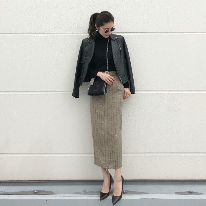 ロングタイトスカート×黒パンプスのコーデ画像