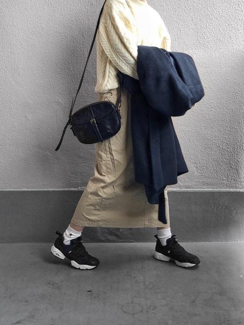 ケーブルニット×ベージュのタイトスカート×ポンプフューリーのコーデ画像