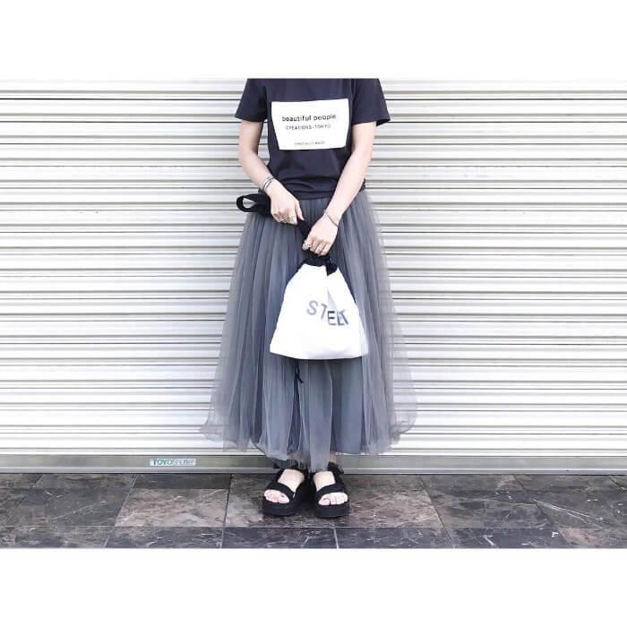 ロゴTシャツ×グレーチュールスカート×スポサンのコーデ画像