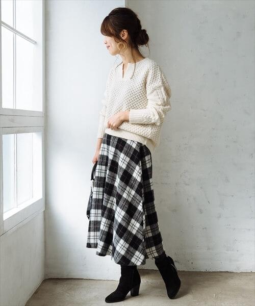 シャギー素材のチェックのフレアスカートと白ニットのコーデ画像