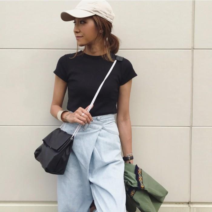 ホワイトキャップ×黒T×変形デニムの帽子コーデ画像
