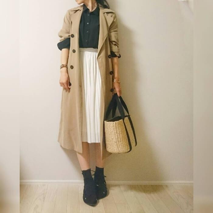 黒ブラウス×白プリーツスカートのコーデ画像