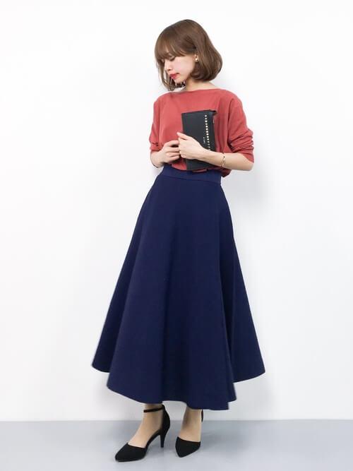 ネイビーフレアスカート×きれい色ニットのコーデ画像