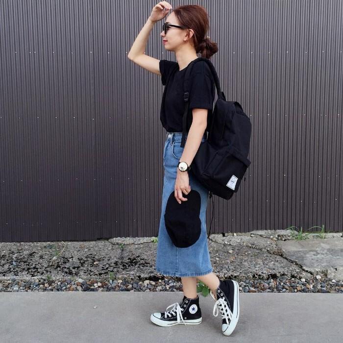 ライトブルーデニムスカート×黒Tシャツ