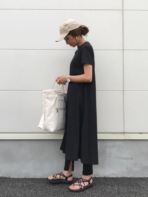 ベージュキャップ×黒ワンピース×レギンスの帽子コーデ画像
