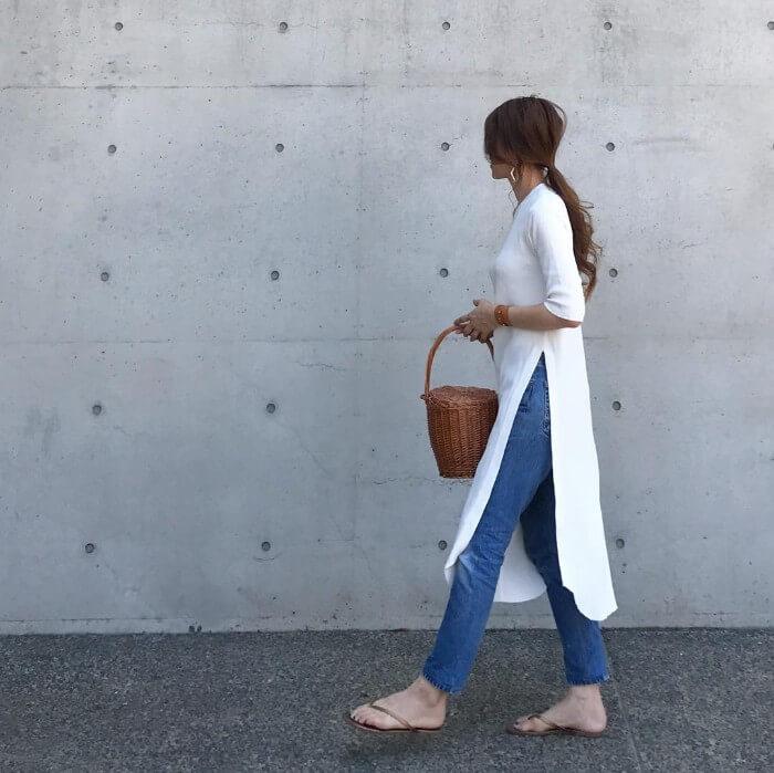 白のTシャツワンピース×スキニーデニムのコーデ 画像