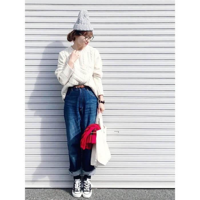 グレーニット帽×白ニット×デニムのコーデ画像