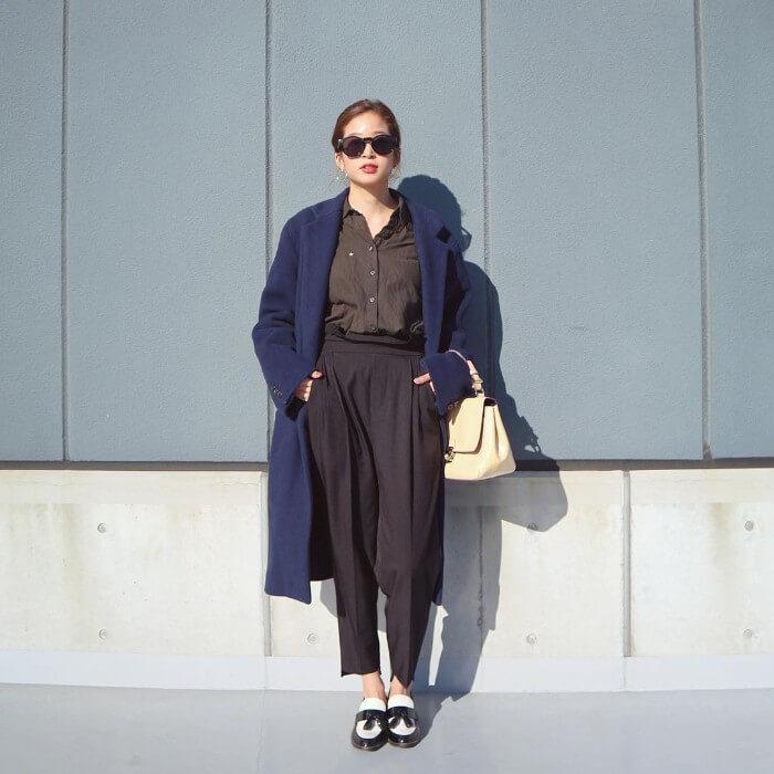 ブラウンシャツ×黒パンツ×大きめコートのコーデ画像