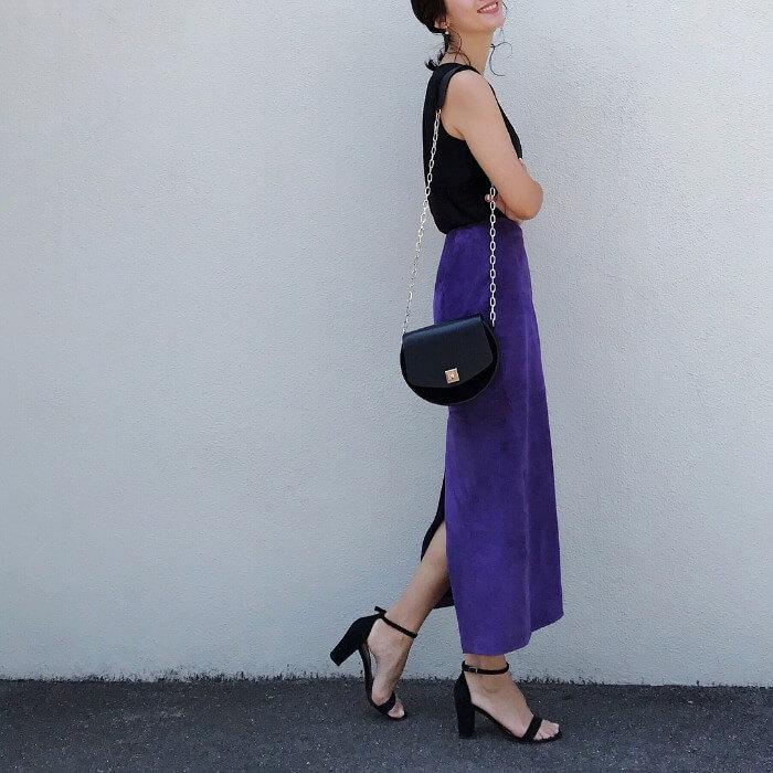 バッグスリット入りのパープルロングスカートと黒トップスのコーデ画像