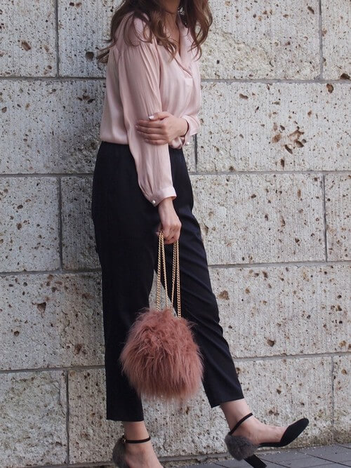 ピンクシャツ×黒シガレットパンツのコーデ画像