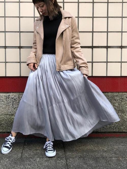 ベージュライダース×水色フレアスカートのコーデ画像