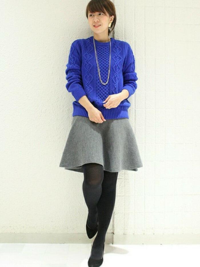 グレーニットフレアスカート×ブルーニットのコーデ画像
