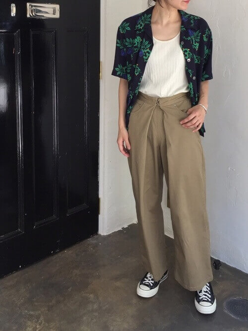 オーバーサイズアロハシャツを羽織った画像