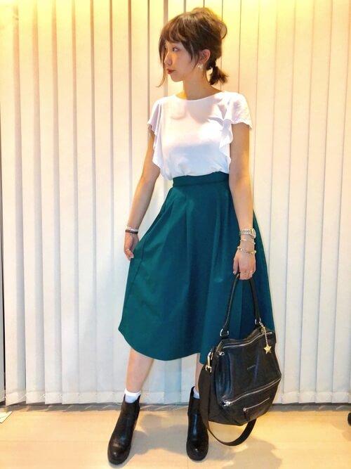 フリルブラウス×グリーンスカート×黒サイドゴアブーツのコーデ画像
