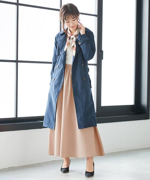 ネイビーコート×くすみピンクフレアスカートのコーデ画像