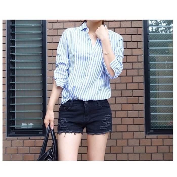 太ストライプ水色シャツ×黒デニムショートパンツのコーデ画像
