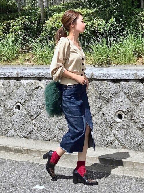 茶色ヒールローファー×赤靴下×デニムタイトスカートの靴下コーデ画像