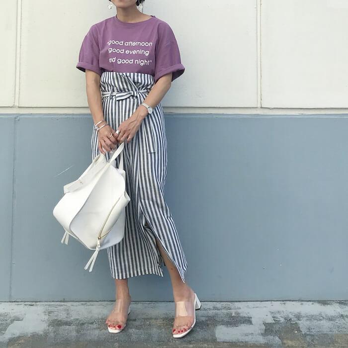 パープルプリントTシャツ×ストライプタイトスカートのコーデ画像