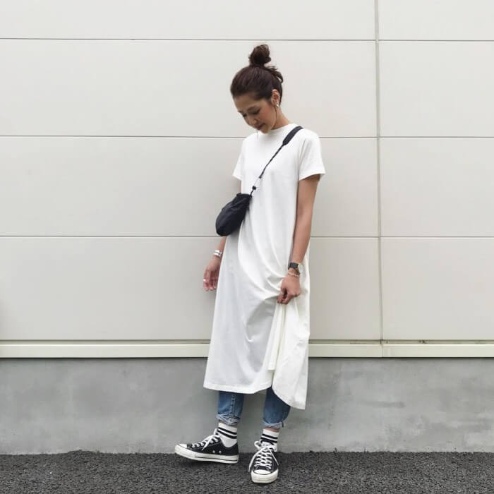 白のTシャツワンピース×色落ちデニムのコーデ 画像