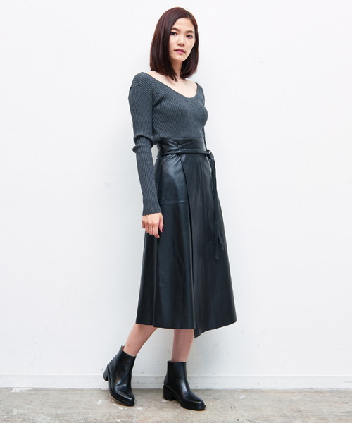 レザーAラインスカートのモノトーンコーデ画像