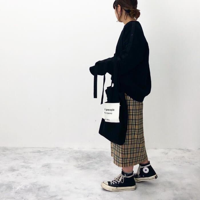 黒スウェット×チェック柄タイトスカートのコーデ画像