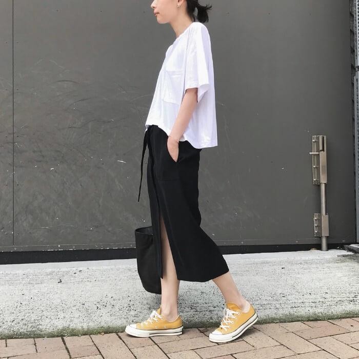 ビッグシルエット白T×黒タイトスカートのコーデ画像