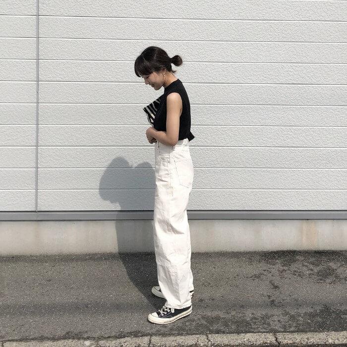 ホワイトジーンズ×黒タンクトップ×スニーカーのコーデ画像