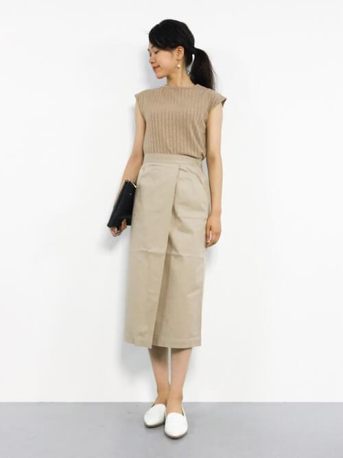 ベージュカットソー×ベージュタイトスカートのワントーンコーデ画像
