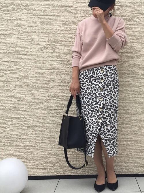 くすみピンクのスウェット×ブラックレオパード柄スカートのコーデ画像