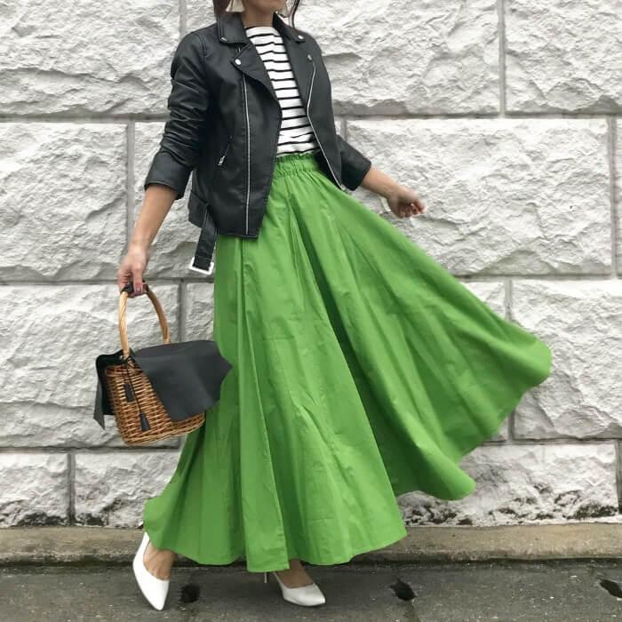 黒ライダース×グリーンロングフレアスカートのコーデ画像