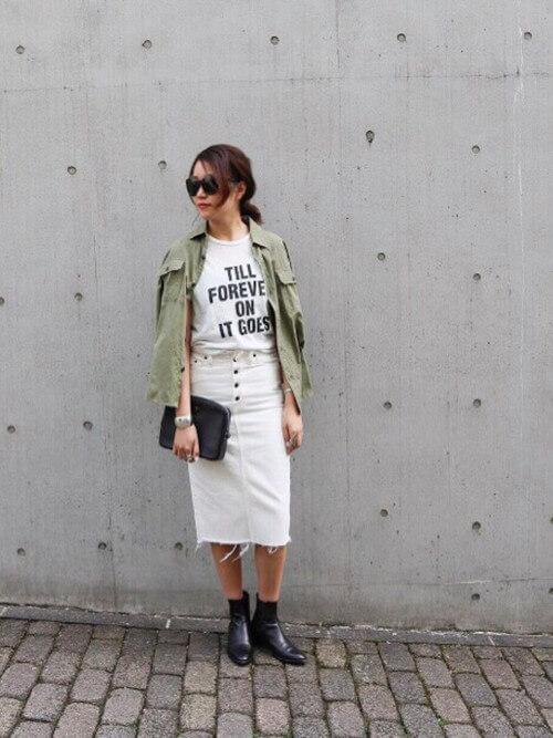 ロゴTシャツ×白デニムタイトスカート×カーキシャツのコーデ画像