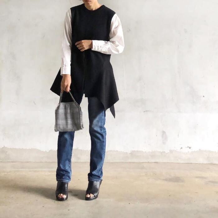 白シャツ×黒ニットベスト×ジーンズのコーデ画像