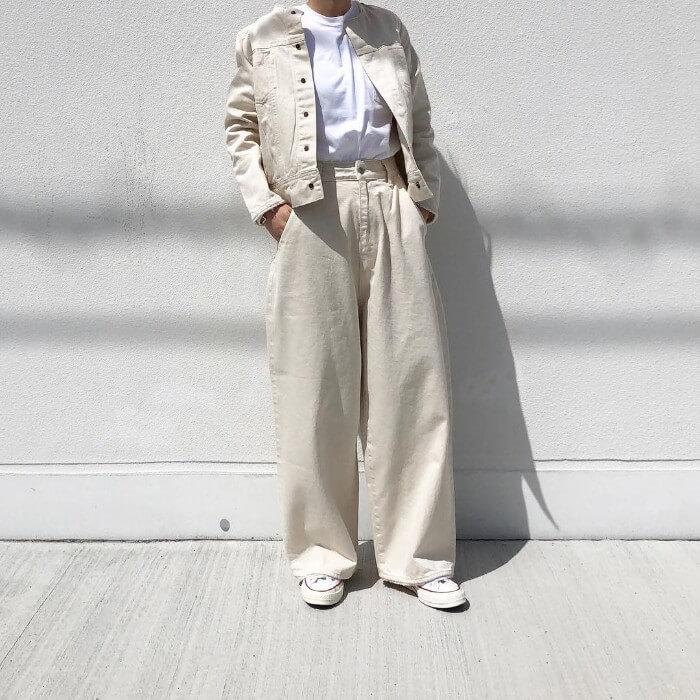 オフホワイトのデニムジャケット×白ワイドパンツの画像