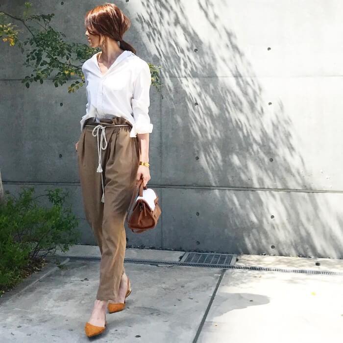 白Yシャツ×ブラウンジャージパンツのコーデ画像