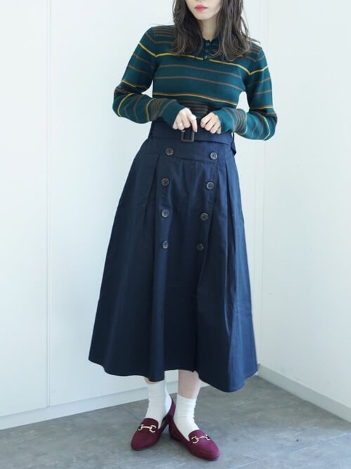 襟付きマルチボーダーニット×トレンチスカートのコーデ画像