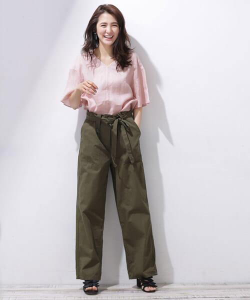 ピンクシャツ×カーキワイドパンツのコーデ画像