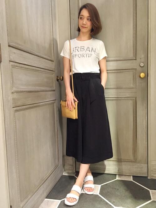 白ロゴTシャツ×黒ガウチョパンツのコーデ画像
