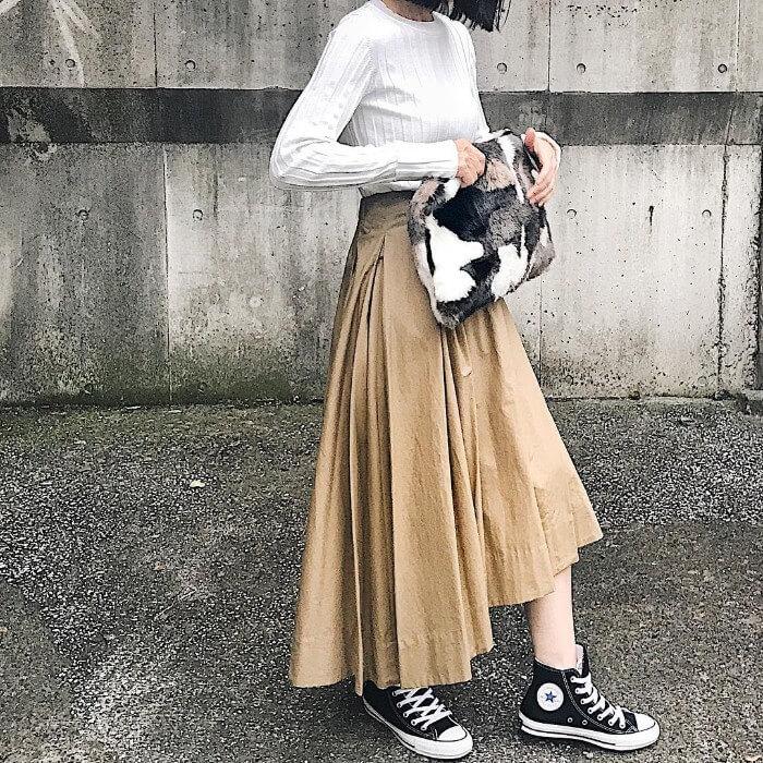 ベージュフレアスカート×黒コンバースのコーデ画像