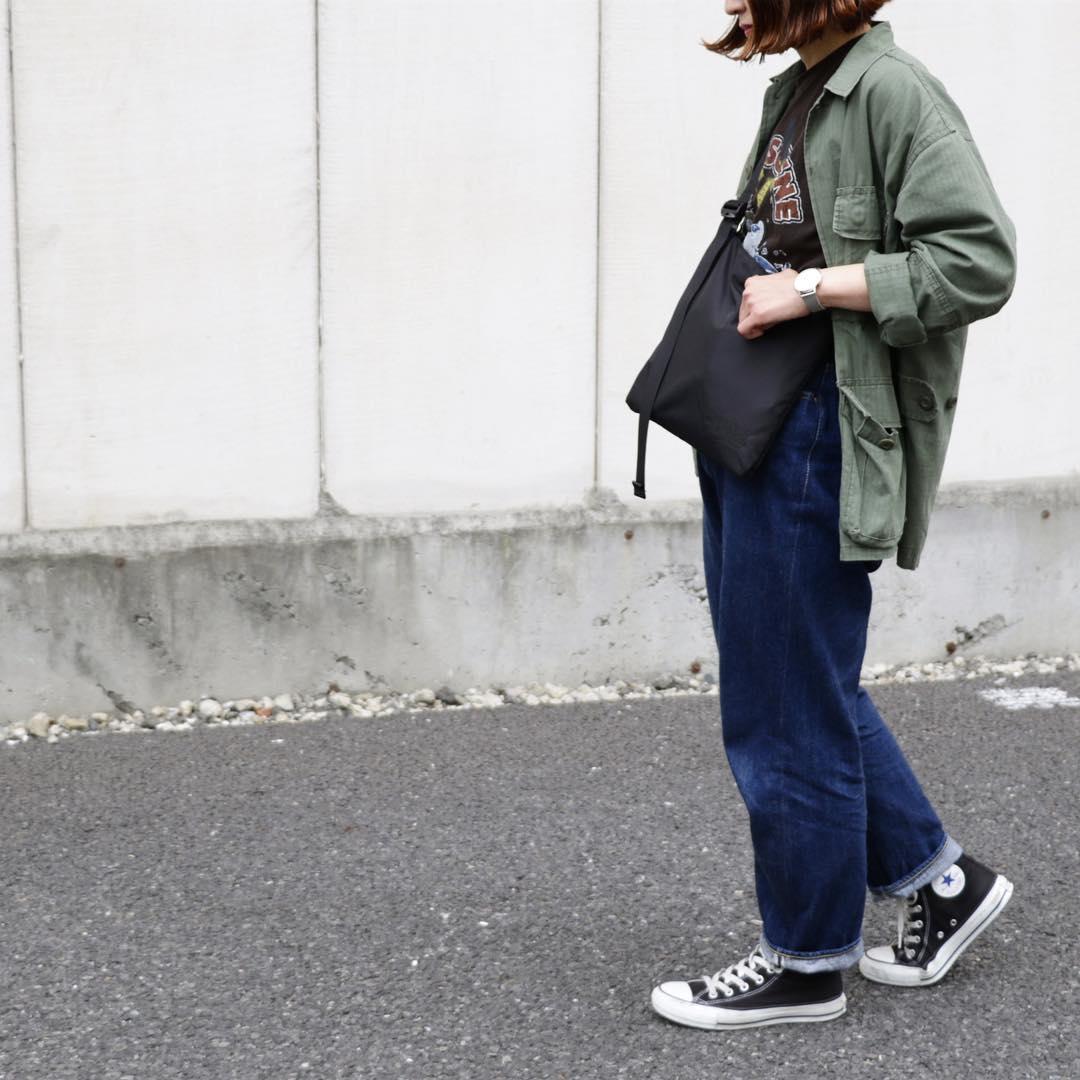 ワイドデニム×カーキシャツのコーデ画像