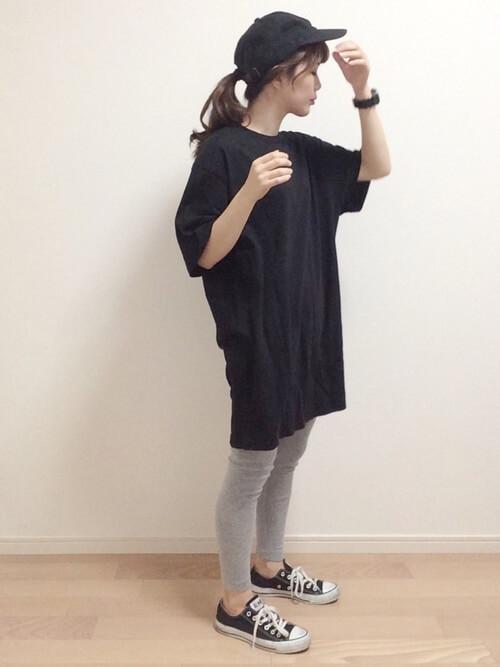 黒ビッグTシャツ×グレーレギンスのコーデ画像