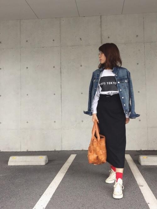 黒タイトスカート×赤靴下のコーデ画像