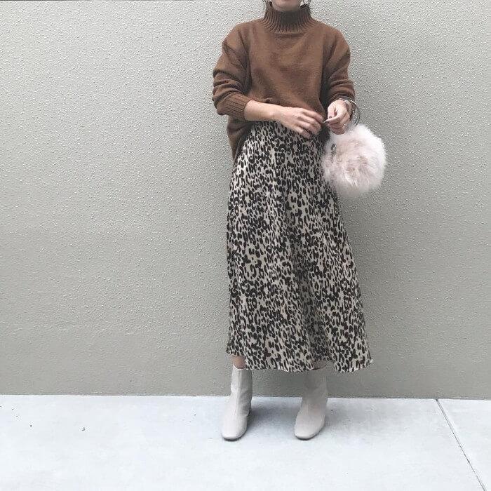 茶色ハイネックニット×レオパード柄フレアスカートのコーデ画像