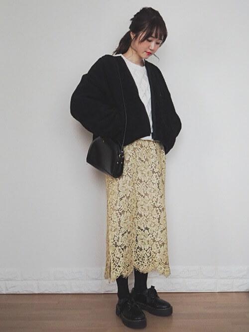 クリーム色のロングレーススカート×ボアブルゾンのコーデ画像
